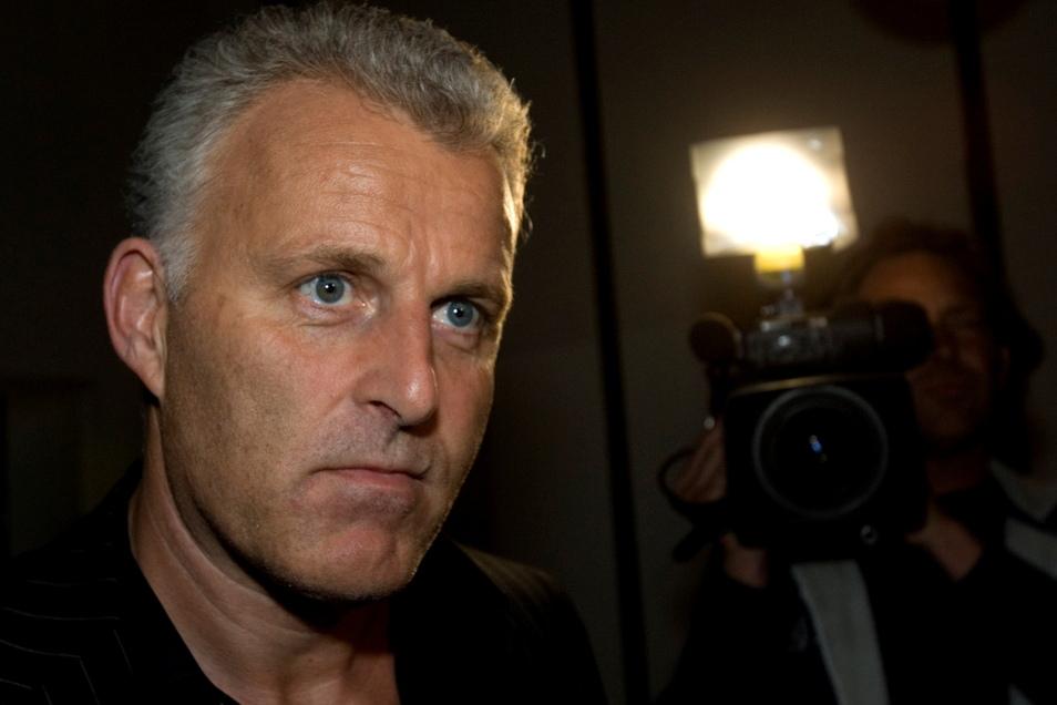 Der niederländische Kriminalreporter Peter R. de Vries ist mitten in Amsterdam bei einem Anschlag schwer verletzt worden.