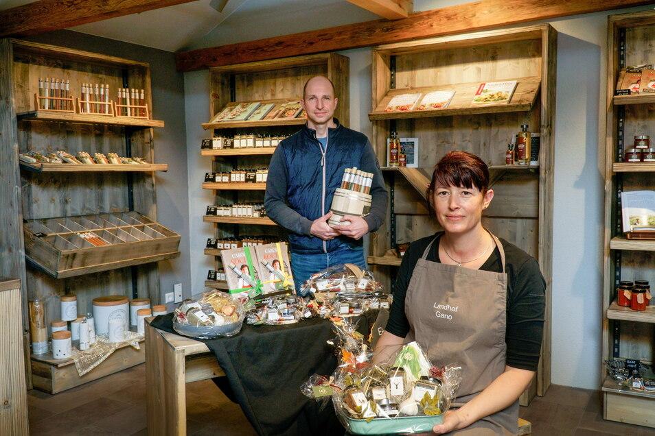 Seit knapp vier Jahren bauen Antje und André Gano auf ihren Feldern rund um Königswartha Knoblauch an. Die Produkte aus der weißen Knolle gibt es seit Donnerstag in ihrem Hofladen - und noch einiges mehr.