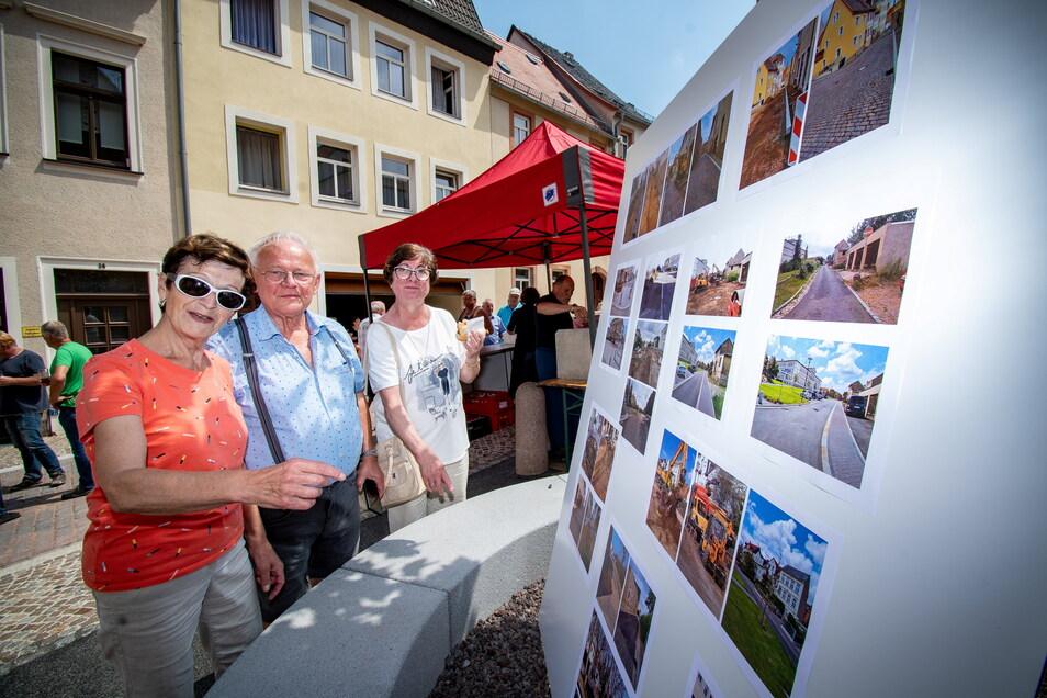 Karin und Friedrich Lüdike sowie Ingrid Benedix (von links) sehen sich Baufotos an. Entstanden sind die auf dem Lindenplatz, in Neu- und Mittelgasse sowie Poststraße. Mit einem Imbiss dankte die Stadt Leisnig den Baubeteiligten und Anwohnern.