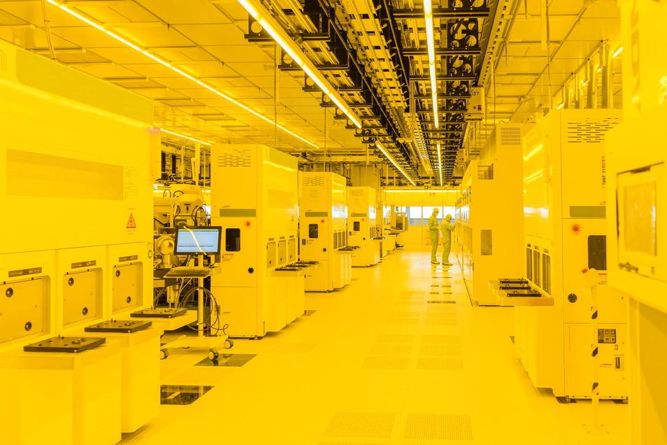 Gelbes Licht zum Schutz der Technik: Der Reinraum der neuen Mikrochipfabrik von Bosch in Dresden ist zwar noch nicht offiziell eröffnet, doch die ersten Siliziumscheiben sind in den Anlagen.