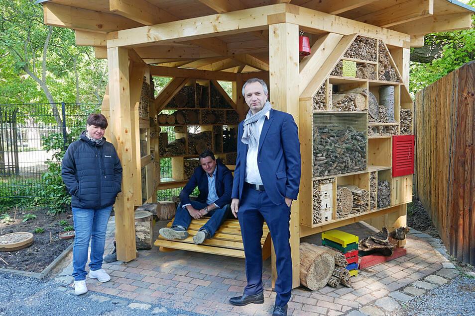 Zooschulpädagogin Silke Kühn (v.l.), Zoo-Chef Eugène Bruins und Christoph Biele vom Sächsischen Mitmachfonds an der neuen Insektenlounge.