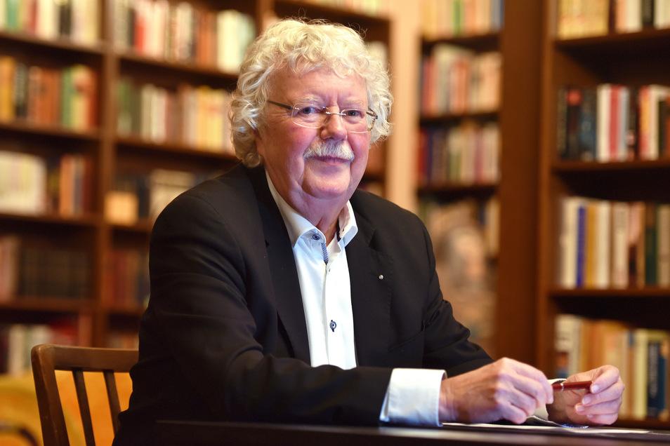 AfD-Stadtratsmitglied Klaus Werner in seiner Bibliothek. Von ihm stammt die Idee zum neuen Debattenformat.