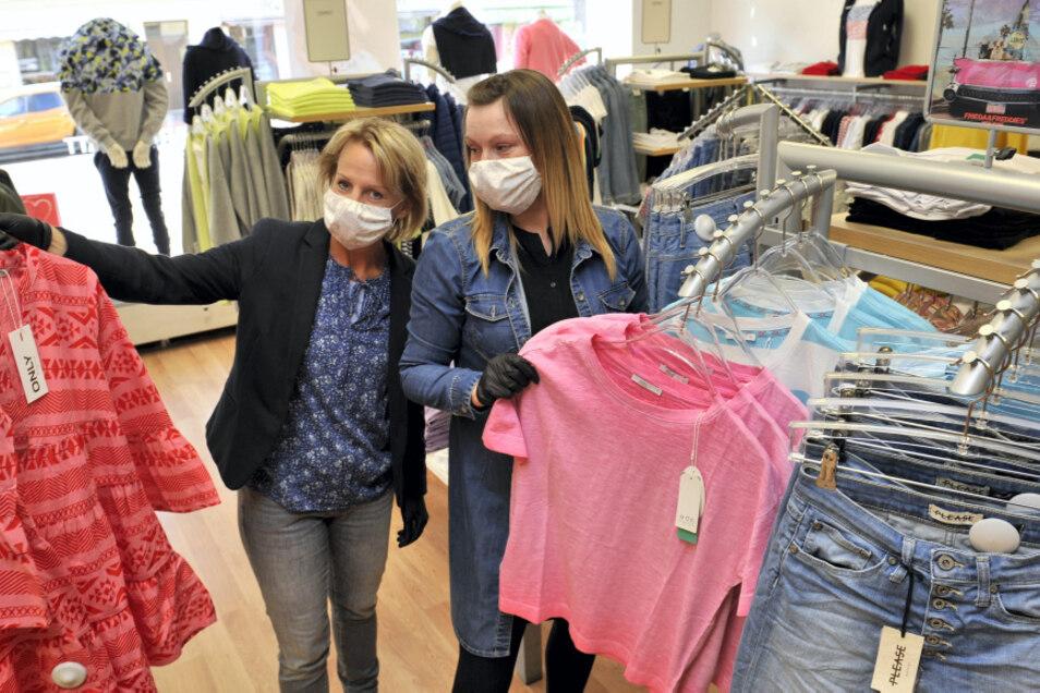 Loreen Lieber und Manuela Klauke freuen sich bei Jeans-Domke in Weißwasser auf ihre Kunden.