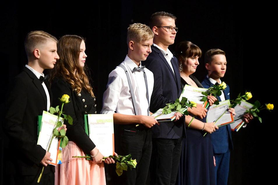 So wie diese Jugendlichen im vergangenen Jahr in Zittau stehen am Wochenende auch in Görlitz noch einmal 110 Jugendliche auf der großen Bühne, um ihre Jugendweihe zu empfangen. Für den ungewöhnlichen Zeitpunkt ist Corona verantwortlich.