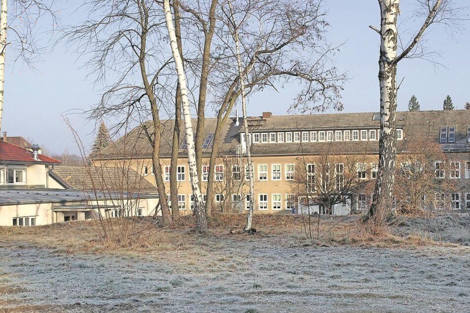 Die Oberschule in Krauschwitz hat eine neue Turnhalle (Anbau li.) erhalten und wurde schon in großen Teilen saniert. Nun soll der Mittelteil, der Altbau, saniert werden.