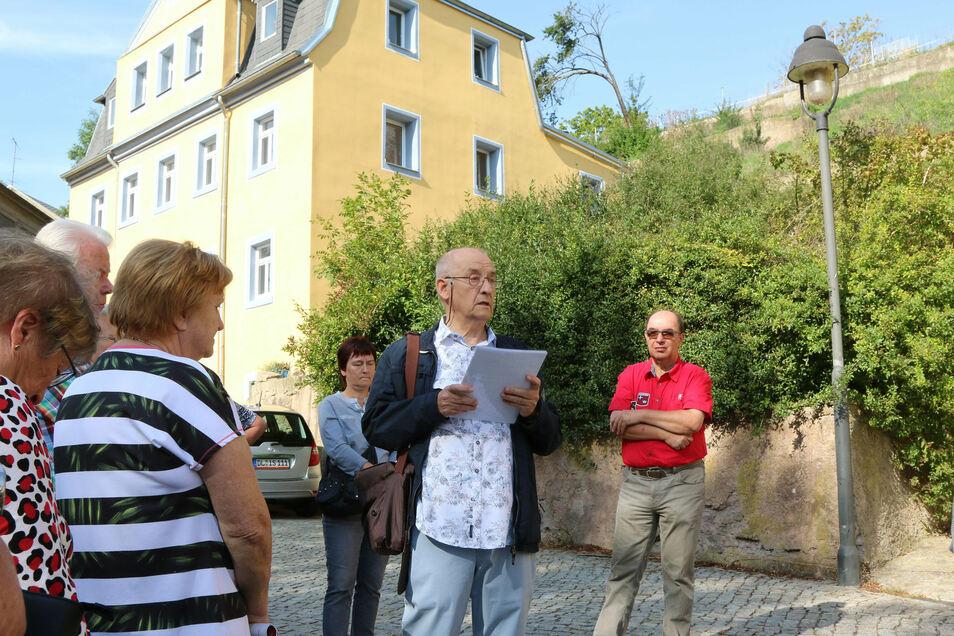 Der Döbelner Heimatfreund Jürgen Dettmer führte Interessierte durchs Klosterviertel. Das Haus Staupitzstraße 1 wird gerade durch die Familie Friedrich saniert, die auch Besitzer des denkmalgeschützten Klostergutes ist.
