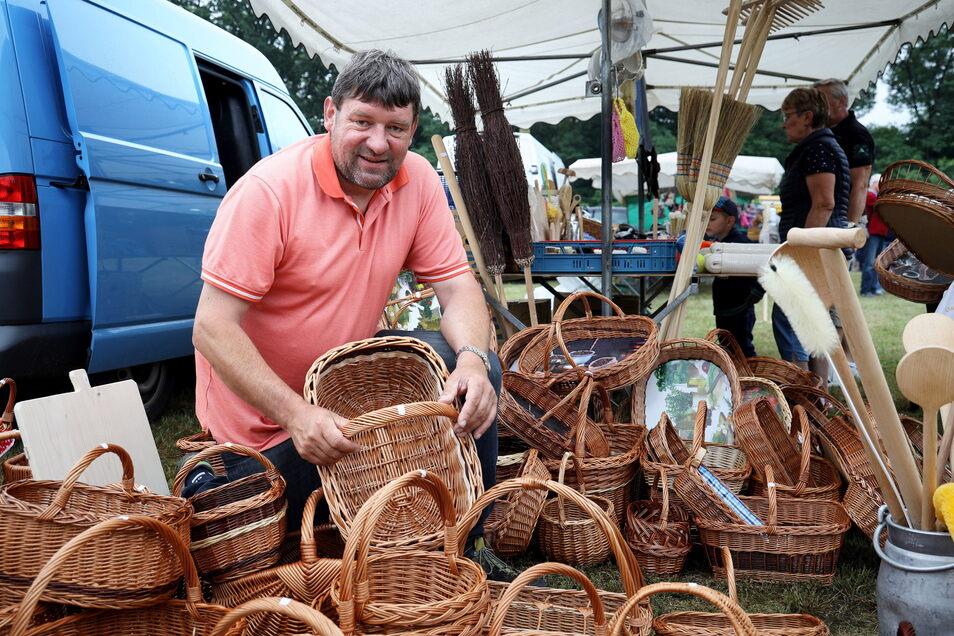 Der Lampertswalder Korbmacher Holger Kreße steht in einer langen Tradition. Seit 95 Jahren bietet seine Familie auf dem Koselitzmarkt Waren an.