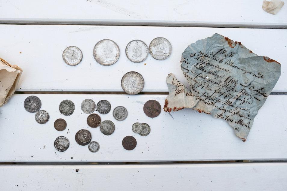 Münzen aus dem 18. Jahrhundert. Die kleineren Geldstücke waren auf Anhieb nicht alle identifizierbar, ebenso das Schriftstück kaum zu entziffern.