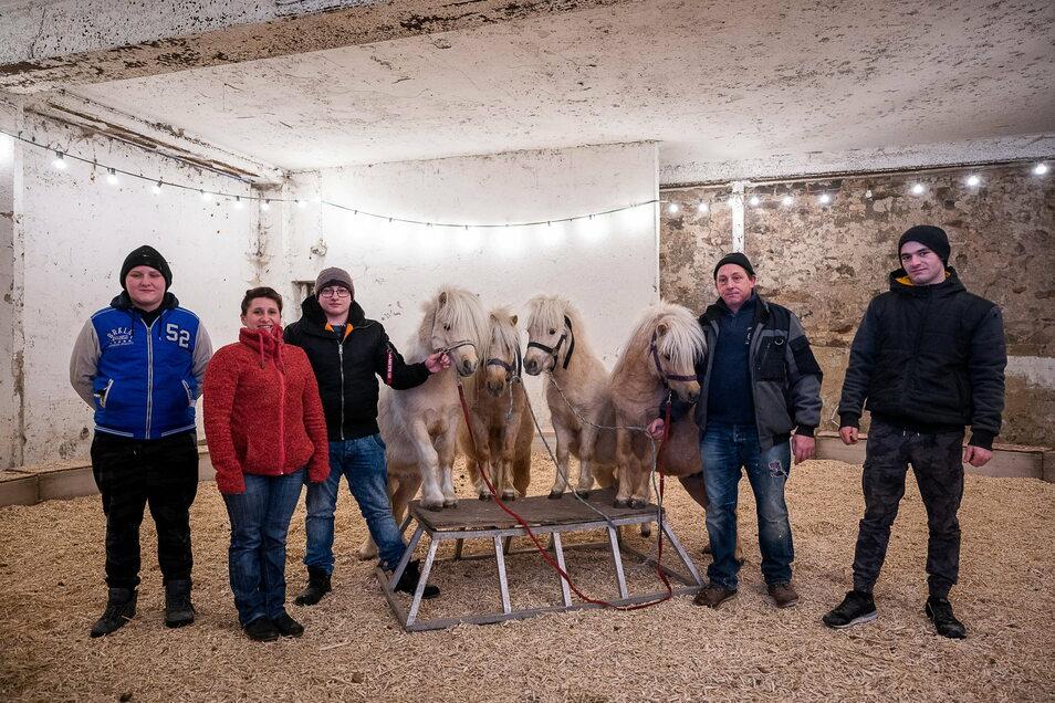 Bernardo. Jessica, Jason, Jürgen und Miguel Köllner (von links) mit vier Ponys.