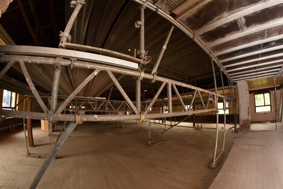 Ein Baugerüst füllt jetzt den großen Saal aus. Die Decke ist abgerissen, man kann bis zu den Dachbalken schauen.