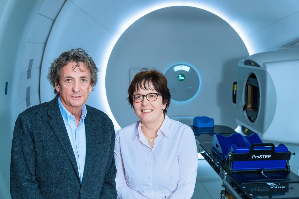 Wie geht's? Klinikdirektorin Professor Mechthild Krause und Patient Kay Hochstetter treffen sich zwei Jahre nach der Behandlung im Bestrahlungsraum des OnkoRay-Zentrums des Dresdner Uniklinikums wieder.