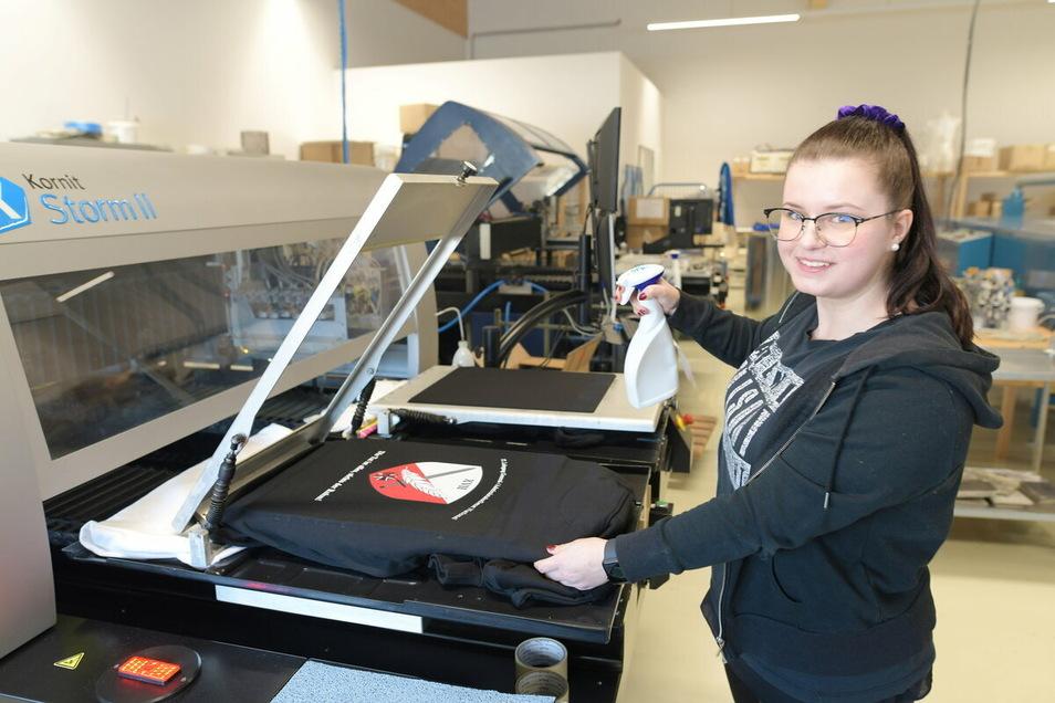 Sarah Lehnhardt arbeitet an einer Digitaldruckmaschine für Textilien in den neuen Fertigungshallen von Dürninger. Hier ist sie mit einem Auftrag der Bundeswehr beschäftigt.