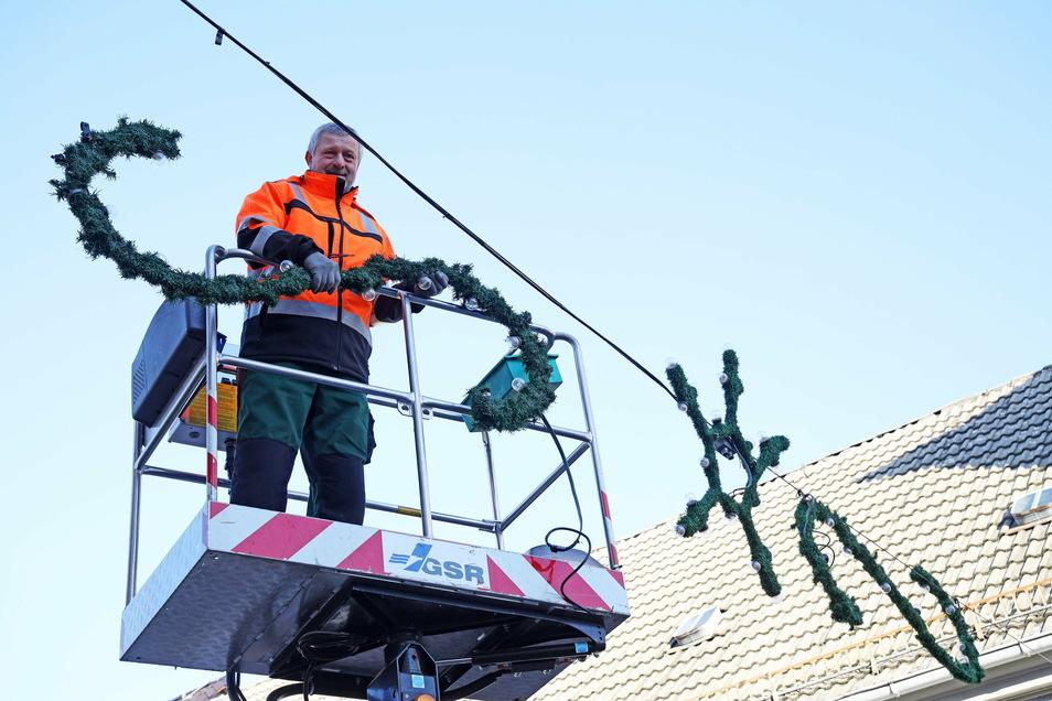 Siegfried Wilhelm von Wilhelms Elektrodienst hat diese Woche die Weihnachtsdekoration auf der Riesaer Hauptstraße installiert.