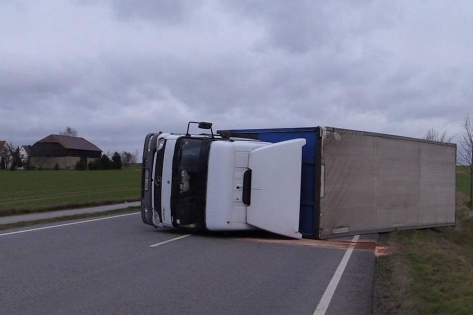 Der Lkw mit Anhänger war gegen 8.30 Uhr regelrecht ausgehoben worden und danach umgestürzt.