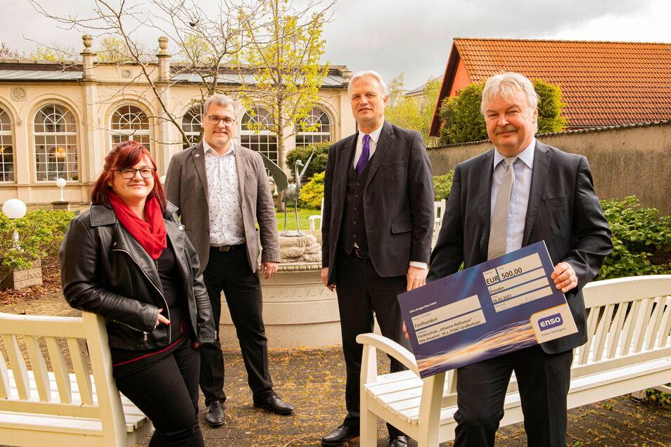 Die Diakonie erhält eine Spende von 1.000 Euro€ von der Stema und der Sachsen-Energie. Hier Daniela Jander-Vanselow (Diakonie), Marcus Antrack (Stema), Hans-Georg Müller (Diakonie) und Torsten Mättig (Sachsen-Energie, v.l.) an der Orangerie.