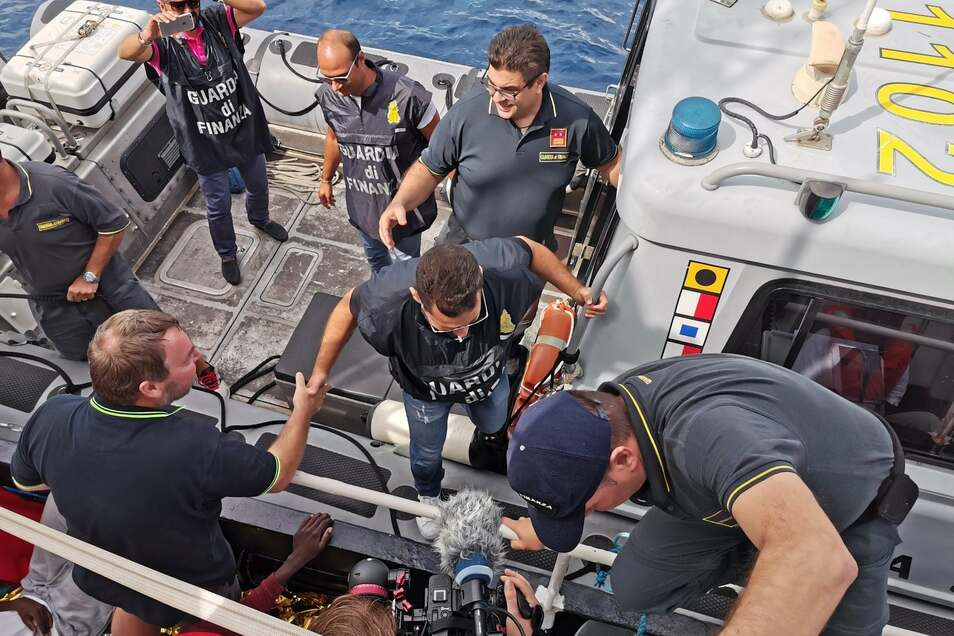 """Als die """"Eleonore"""" auf den Hafen von Pozzallo an der sizilianischen Küste zusteuert, kommt die Guardia die FInanza an Bord, ..."""