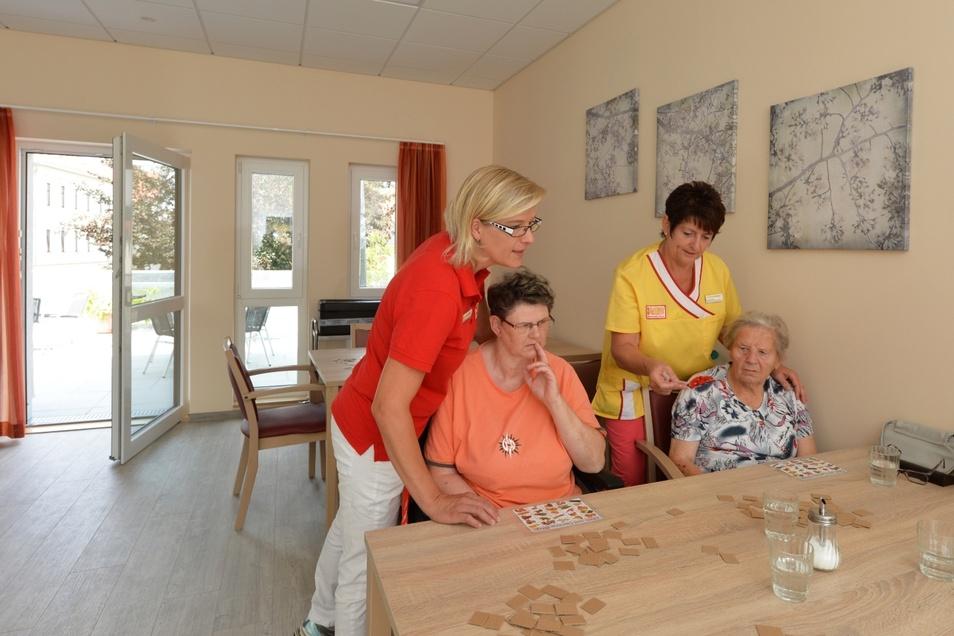 Bei der Tagespflege verbringt die pflegebedürftige Person den Tag in einer darauf spezialisierten Einrichtung, wohnt in der Regel aber weiterhin zu Hause. (Symbolfoto)