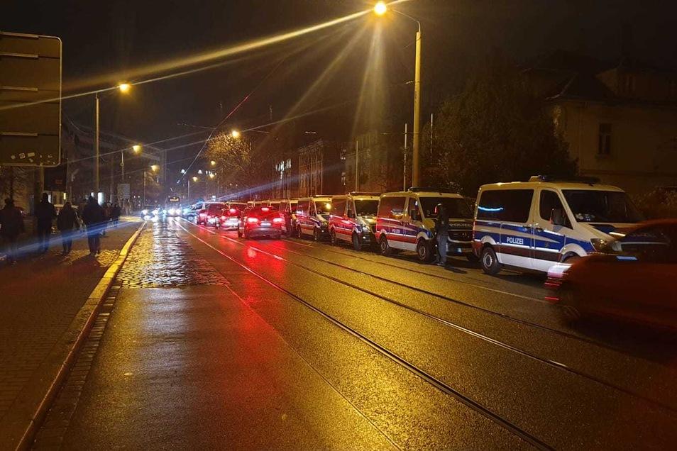 Den Zugang zu den drei Häusern an der Königsbrücker Straße sperrte die Polizei am Mittwochabend mit Einsatzfahrzeugen ab.