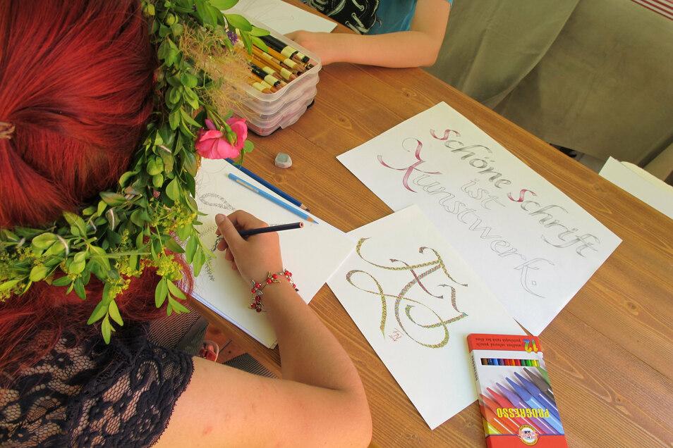 Wer sich einmal in Kalligraphie ausprobieren möchte, hat dazu am Sonnabend im Klosterpark Altzella die Möglichkeit.