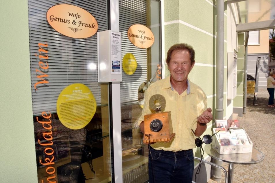 """Wolfgang Jochims Geschäft An der Mühle ist Station 1 des Projekts """"Klingende Kisten"""". Hier hält er einen Detektorenempfänger."""
