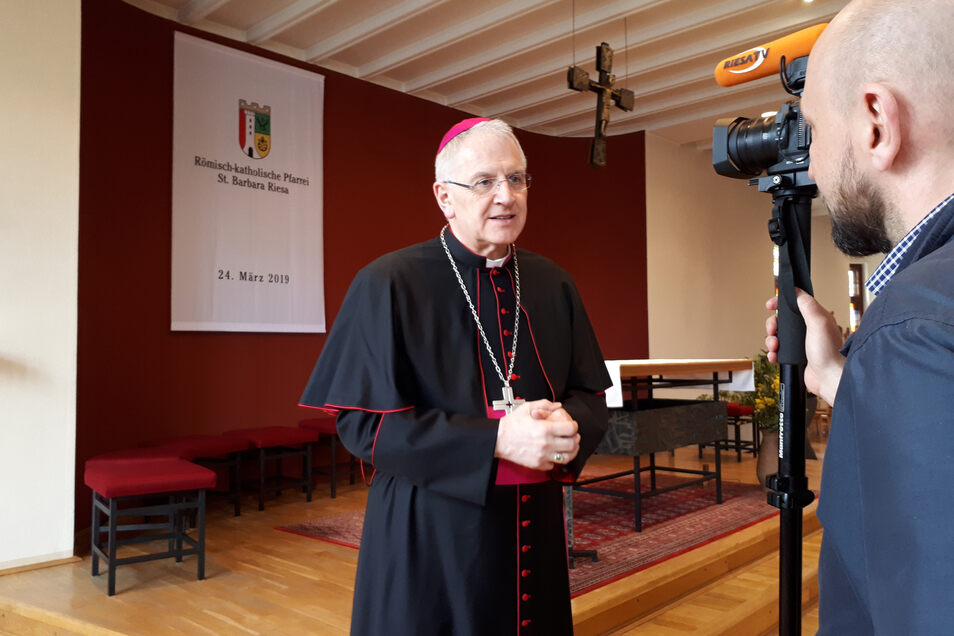 Bischof Heinrich Timmerevers leitete den Zusammenschluss der Kirchgemeinden Riesa, Großenhain und Wermsdorf. 450 Gläubige feierten am Sonntag in Riesa mit. Der Gottesdienst wurde deshalb per Videoleinwand auch in den Pfarrsaal übertragen.