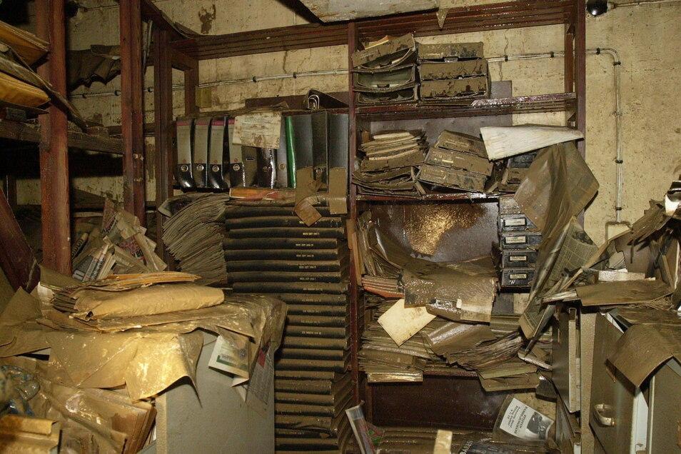 Nach der Flutkatastrophe im August 2002 drohte das gesamte Bildarchiv der SZ verloren zu gehen.