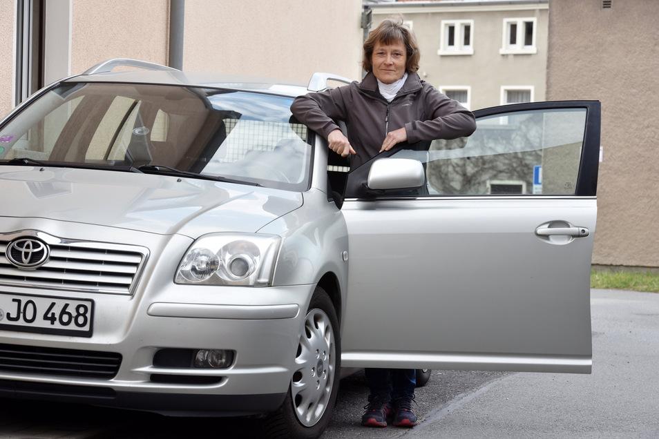 Heike Dietrich freut sich, das ihr Toyota wieder vor der Tür steht.