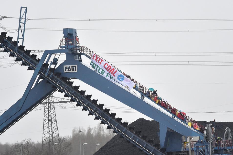 Demonstranten haben am Sonntag einen Förderbagger auf dem Gelände des Steinkohlekraftwerks Datteln 4 besetzt.