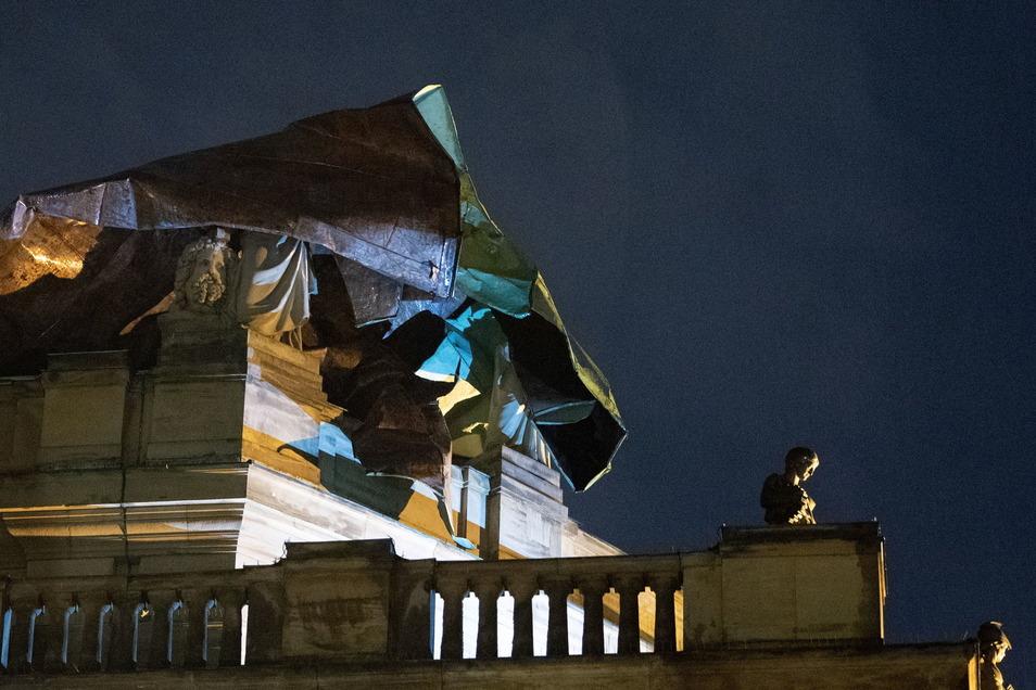 Das Dach des Stuttgarter Opernhauses ist durch einen Sturm teilweise abgedeckt.