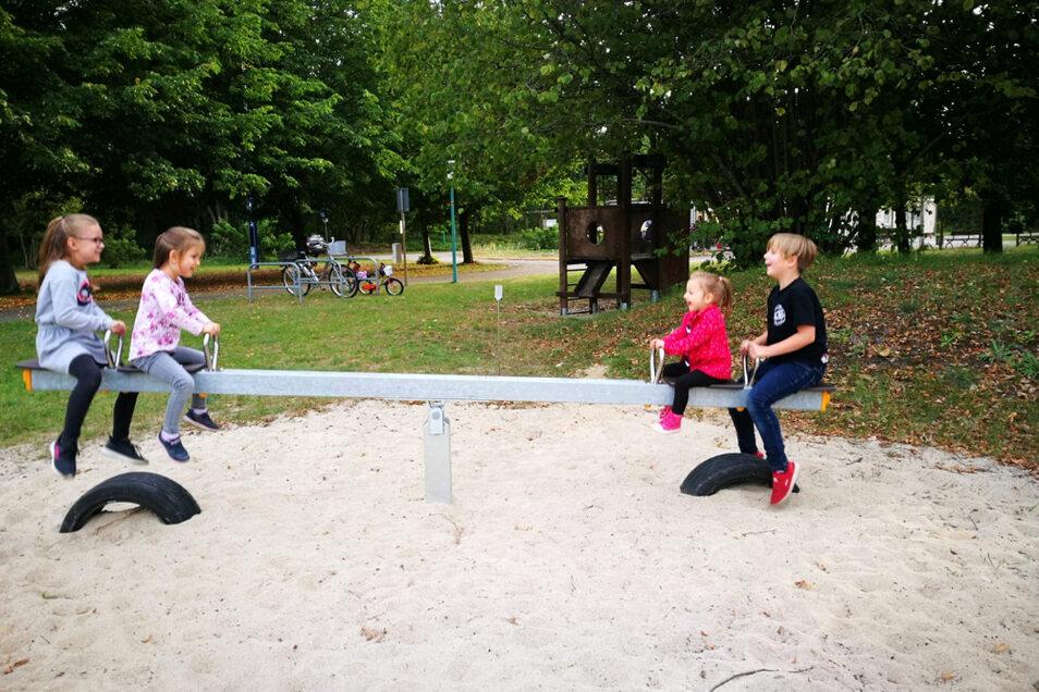 Viel Spaß gab es am Übergabetag des Spielplatzes für die Kinder auf der neuen Wippe.