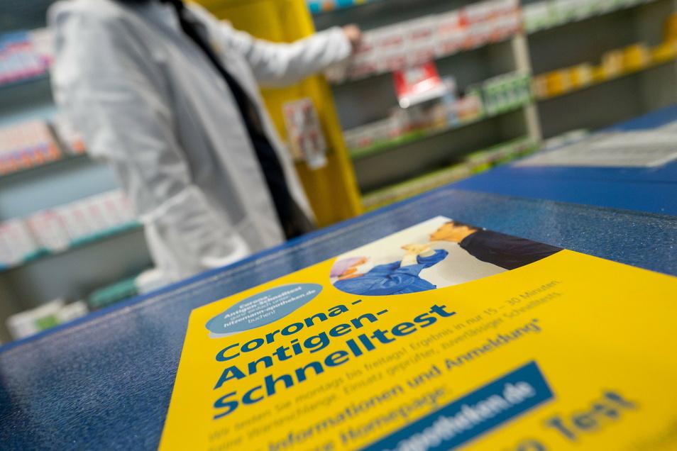 Ab 1. März sollen zum Beispiel in Apotheken kostenlose Corona-Schnelltests durchgeführt werden. Fällt er positiv aus, muss das Ergebnis mit einem PCR-Test bestätigt werden.