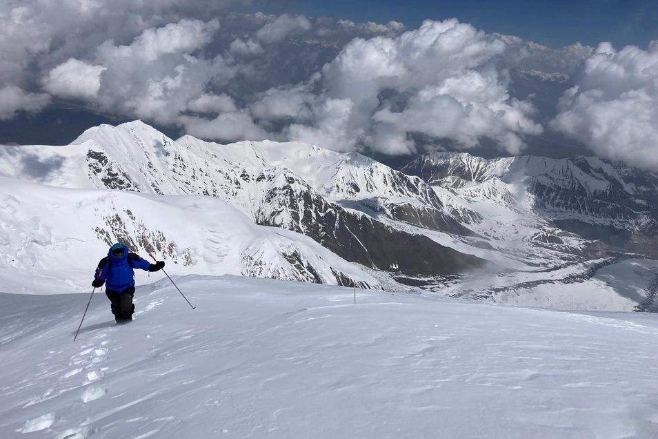 """Unterwegs im Pamir. """"Diesmal ist alles anders, vielleicht weil die Dimensionen so viel größer sind"""", sagt Elias Betka, der sich hier durch die Schneemassen kämpft."""