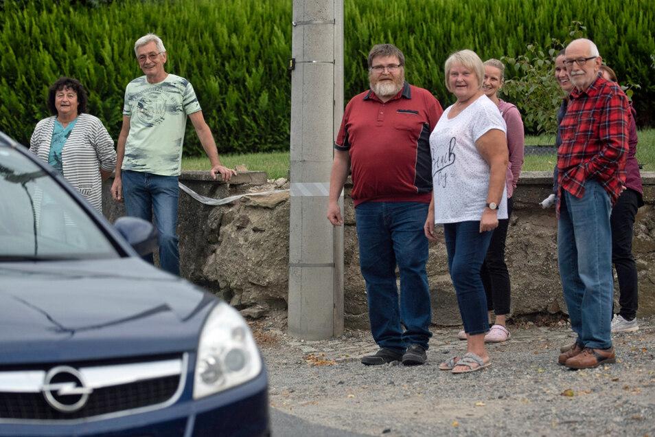 Kaum Spielraum haben Fahrzeuge in diesem Teil der Langebrücker Hauptstraße. Für die Anwohner ist das Nadelöhr seit Jahren ein großes Ärgernis.