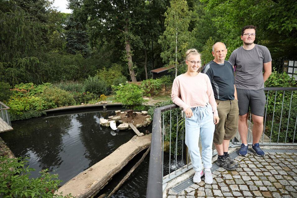 Der Tierpark will feiern: Leiter Michael Tobis (Mitte), FVG-Mitarbeiterin Michelle Mehnert und FVG-Azubi Nico Hülsmann haben für den 8. August ein Fest in der Anlage organisiert.