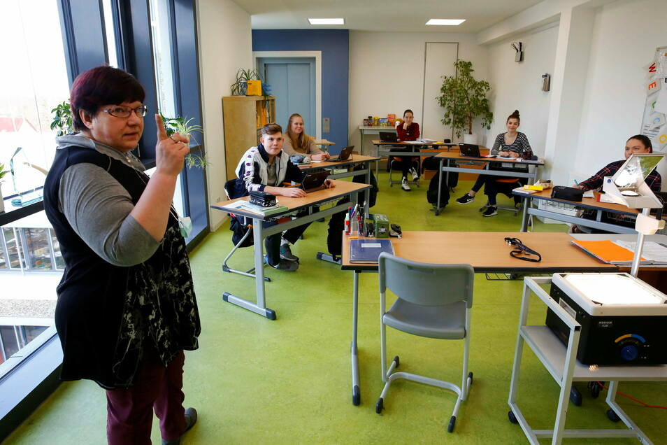 Deutschunterricht in der Abschlussklasse des Beruflichen Gymnasiums Schwepnitz. Nur fünf Schüler lernen in dieser Klasse.
