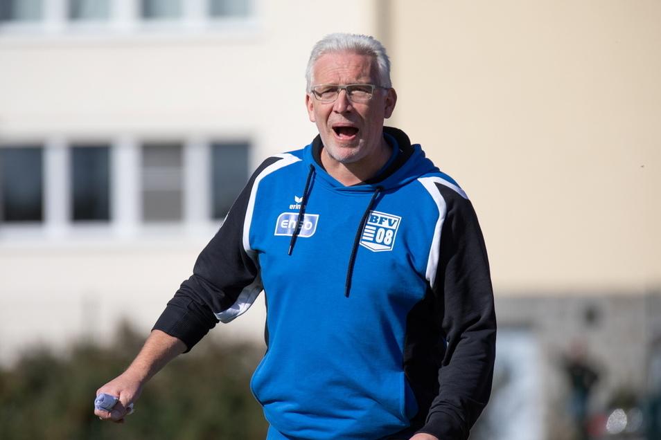 Fußball-Landesligist Einheit Kamenz und Fred Wonneberger, hier als Trainer beim Bischofswerdaer FV, haben sich getrennt. Über die Gründe gibt es verschiedene Meinungen.