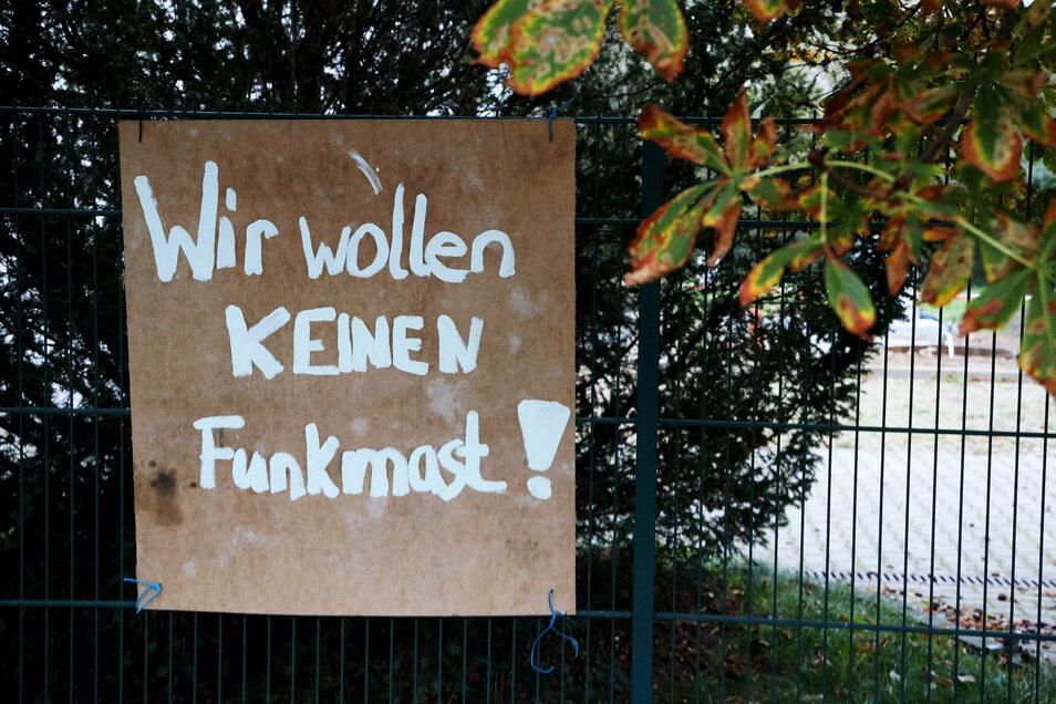 Mit solchen Schildern protestieren Gegner gegen einen geplanten Funkmast direkt neben Zeithainer Wohnhäusern.