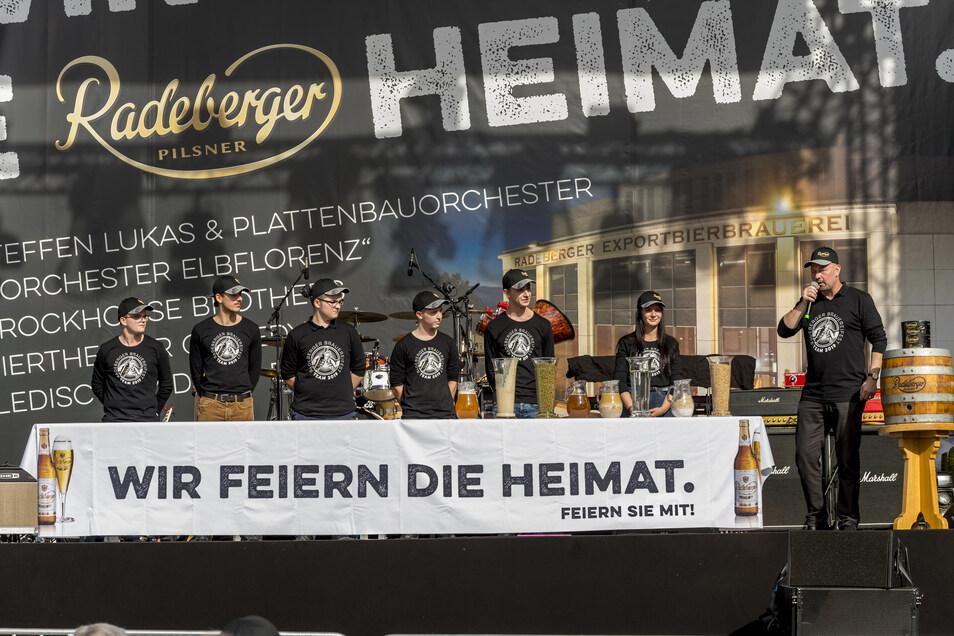 Marius Schneemilch (li.), Noel Hillig (2. v.li) und Senta Pusch (2.v.re.) sowie drei weitere Lehrlinge wurden beim Brauereifest 2019 vom Ersten Braumeister der Radeberger Exportbierbrauerei, Udo Schiedermair (re.) vorgestellt
