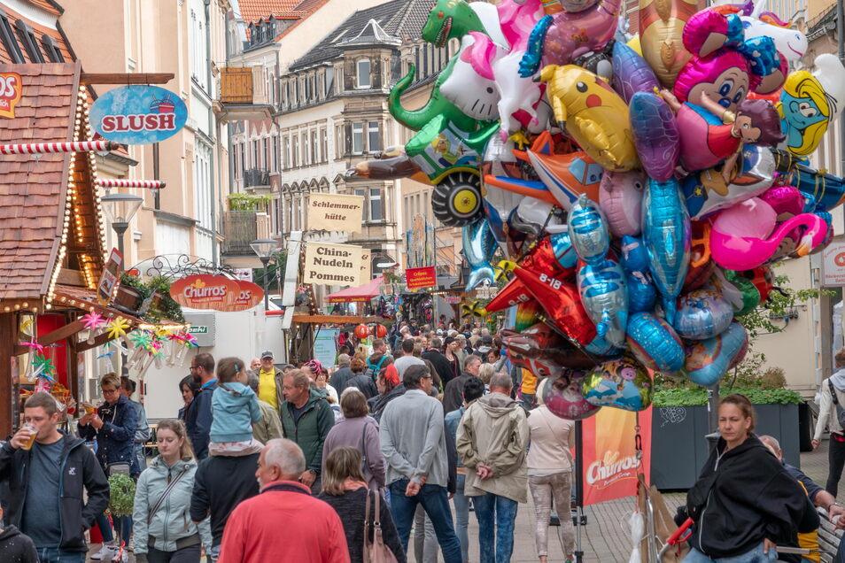 So voll war die Hauptstraße in Riesa schon länger nicht: Entlang der Schlemmermeile des Stadtfests herrschte nicht nur am Samstag ordentlich Betrieb.