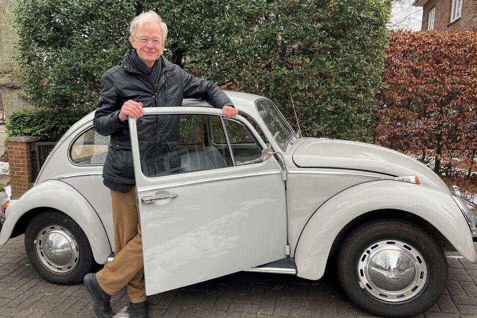 Mit einem VW-Käfer fährt Fabian 1975 erstmals nach Dresden. Hier mit dem Autor Michael Göring, 64, Leiter der Zeit-Stiftung.