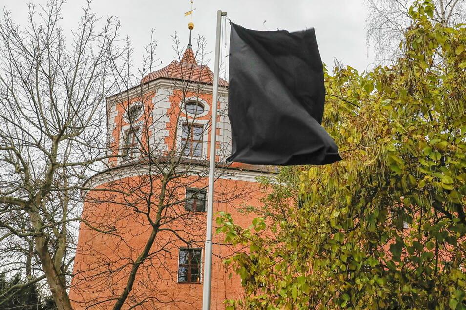 Kultuhr-Wirt Thorsten Egg-Selonny hat als Protest gegen die Lockdown-Maßnahmen vor der Zittauer Fleischerbastei eine schwarze Fahne gehisst.