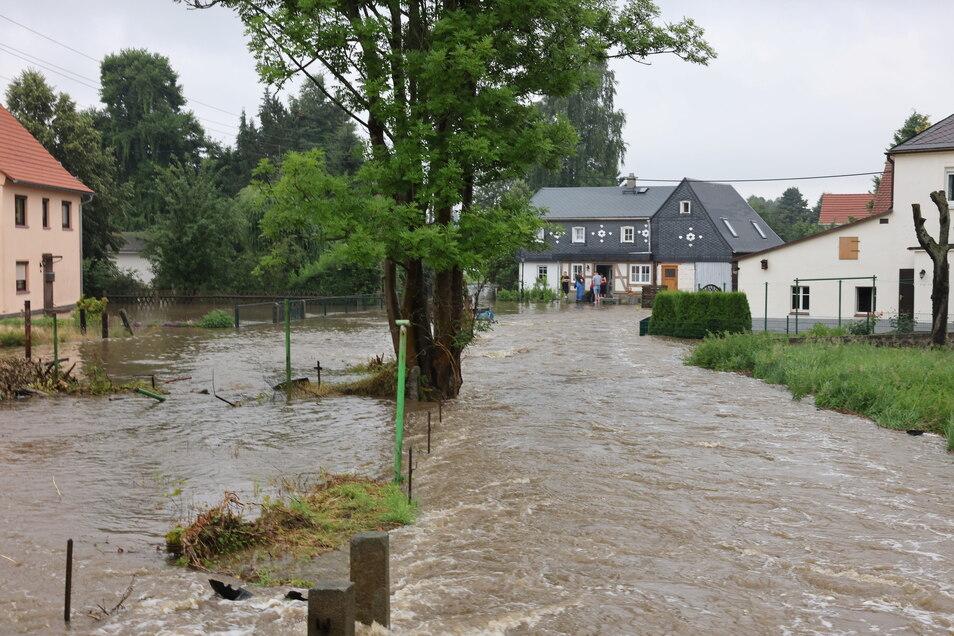 Im sächsischen Neukirch trat die Wesenitz über die Ufer und verwandelte ganze Grundstücke in ein Flussbett.