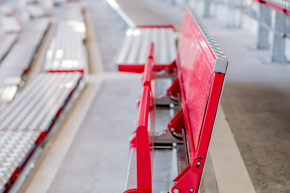 Drei hochgeklappte Sitze in der Stehplatzkurve der Heimfans.