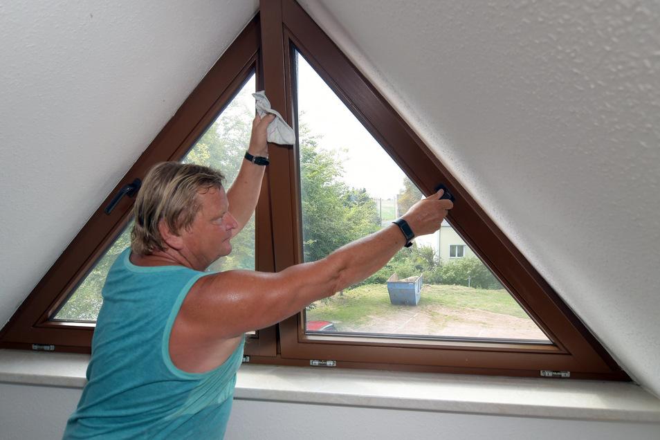 Harald Kroschke von der Freiwilligen Feuerwehr Gallschütz zeigt eins der Fenster, die schon seit fünf Jahren Probleme bereiten.