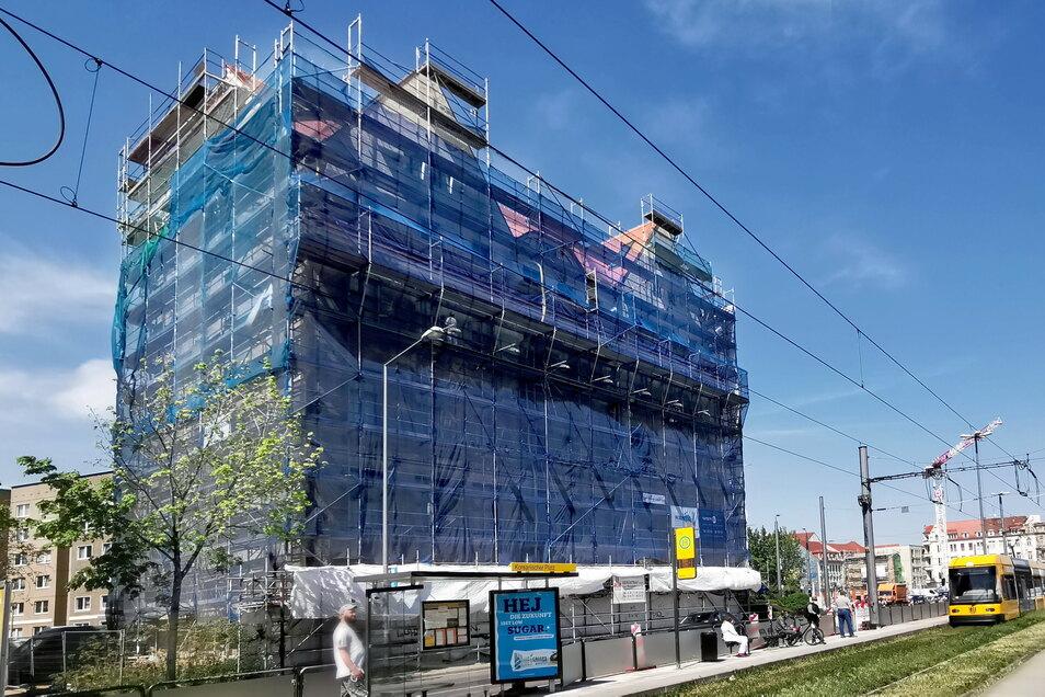 Hinter dem Gerüst gehen die Bauarbeiten am Erlweinhaus in der Friedrichstadt inzwischen gut voran. Im Sommer soll das Gerüst fallen.
