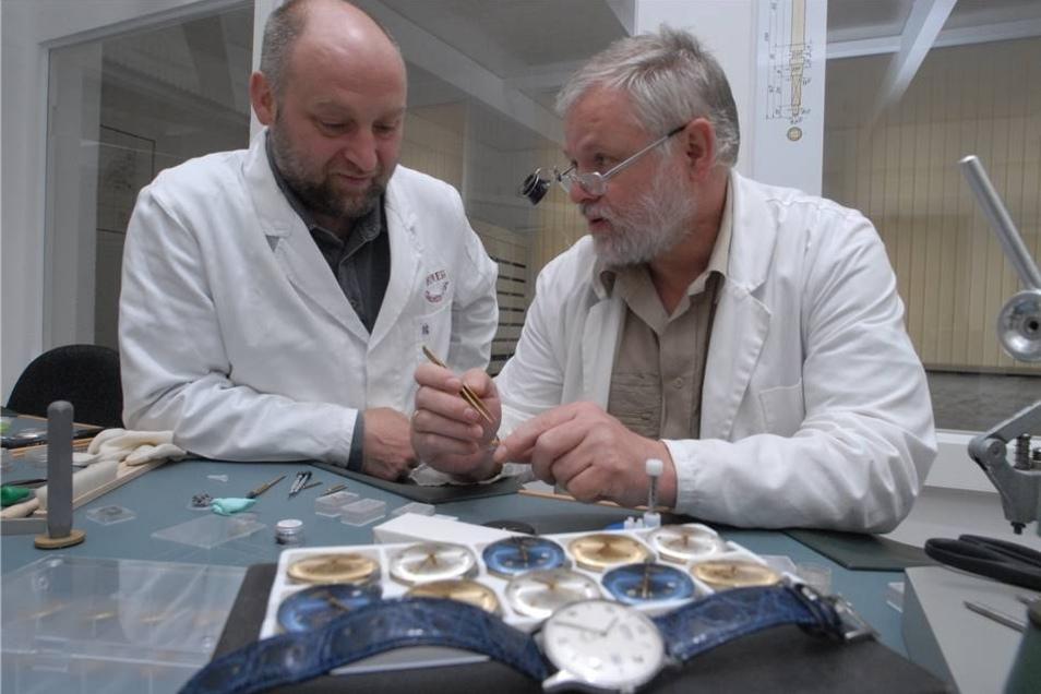 Der Brandenburger Unternehmer Carsten Hellmann (li.) gründet 2005 eine Firma, die Uhren unter dem Markennamen Hemess baut. Unterstützt wird er von Uhrmachermeister Jürgen Fritsch.