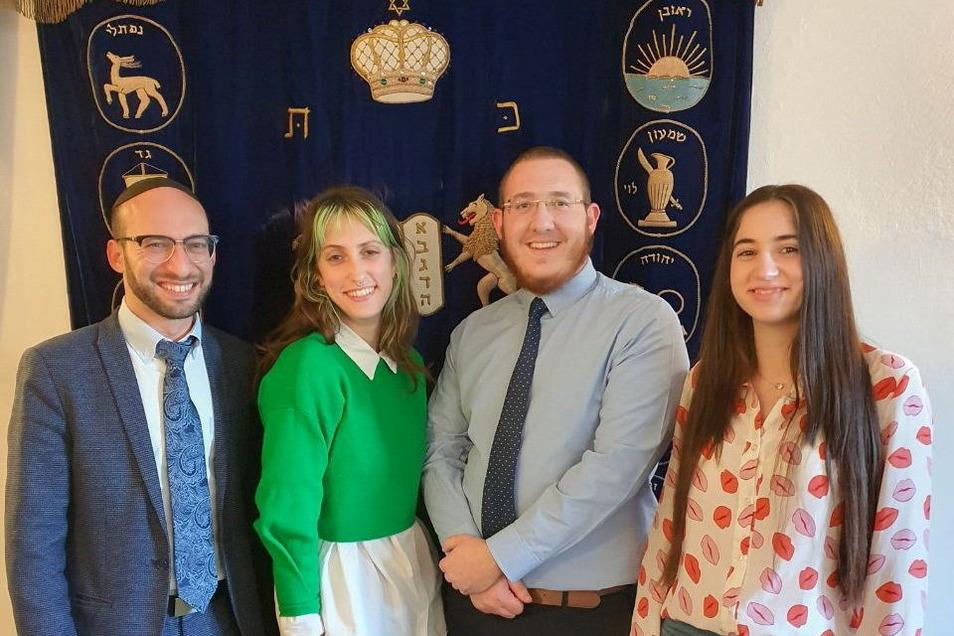 Der Rabbiner der Jüdischen Kultusgemeinde Dresden Akiva Weingarten (l.) und der Vorsitzende Moshe Barnett mit Gemeindemitgliedern.