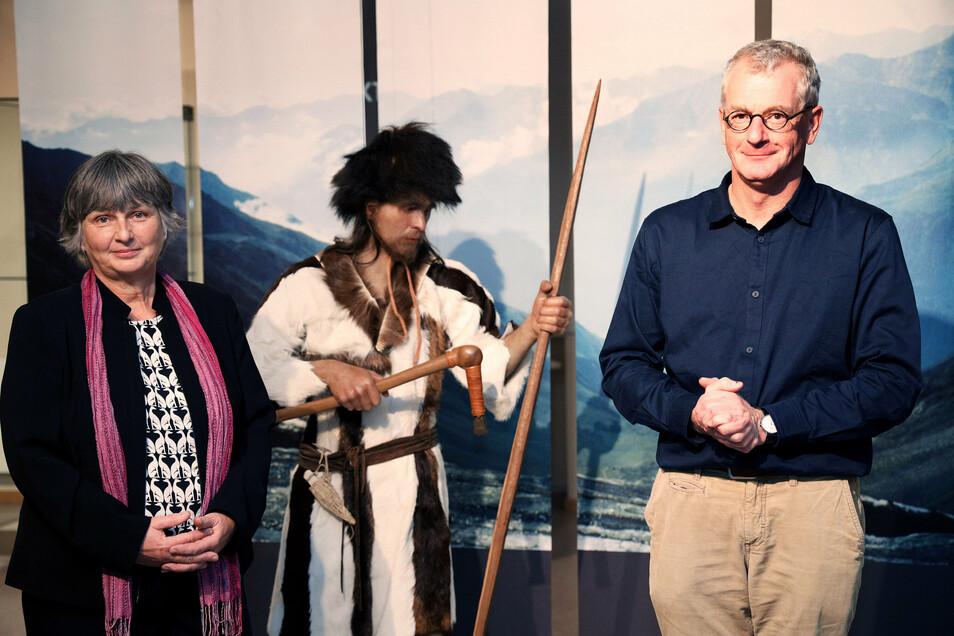 Die Archäologen Pavla Ender und Dr. Michael Strobel haben die Ötzi-Ausstellung mit hiesigen Funden erweitert.