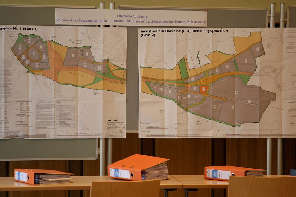 Der IPO-Flächenplan und dicke Akten zum geplanten Industriepark.