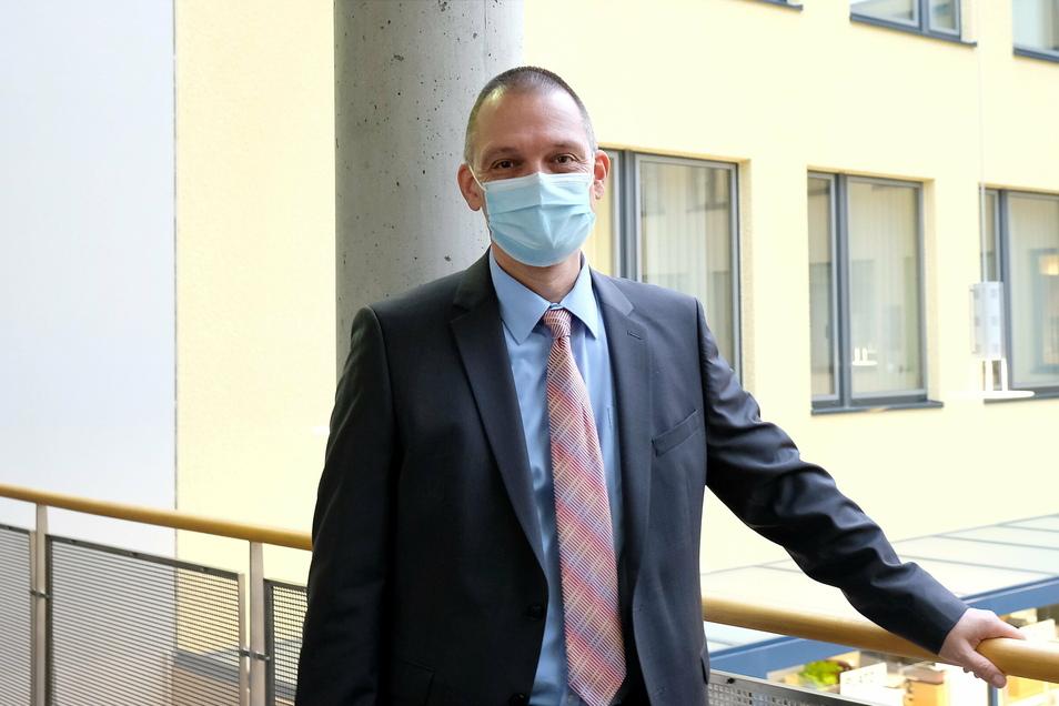 Ralf Hänsel (parteilos) hat mitten in der Krise das Amt des Landrats übernommen. Um die Krisenarbeit zu bewältigen, trifft er sich wöchentlich mit allen wichtigen Institutionen des Landkreises im Krisenstab Infektionsschutz.